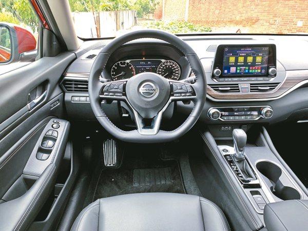 握感極佳的方向盤、7吋數位液晶儀錶板MID,提供智慧、更直覺的駕駛操作。 圖/陳...