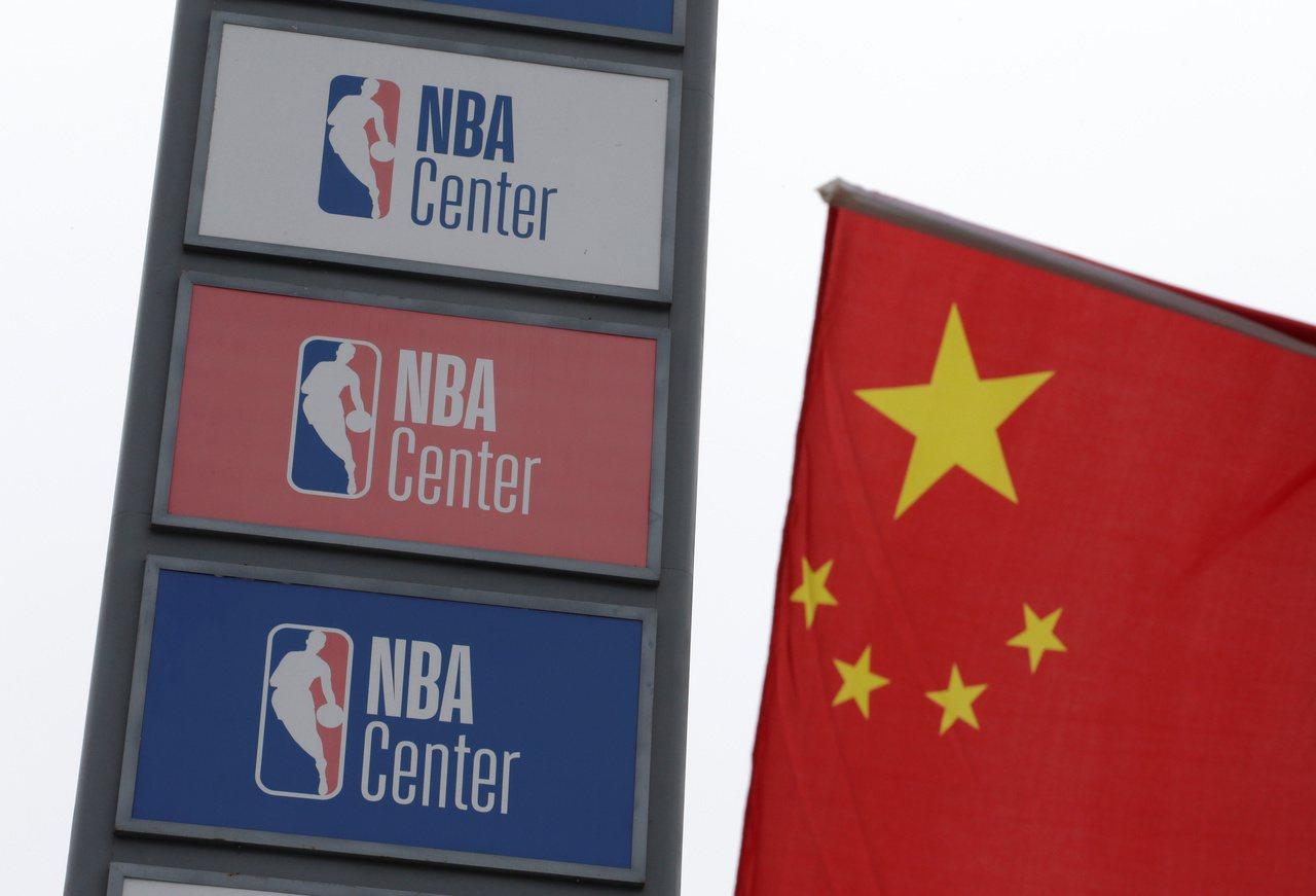 一週以來風暴燒回美國,NBA兩面不是人。 路透社