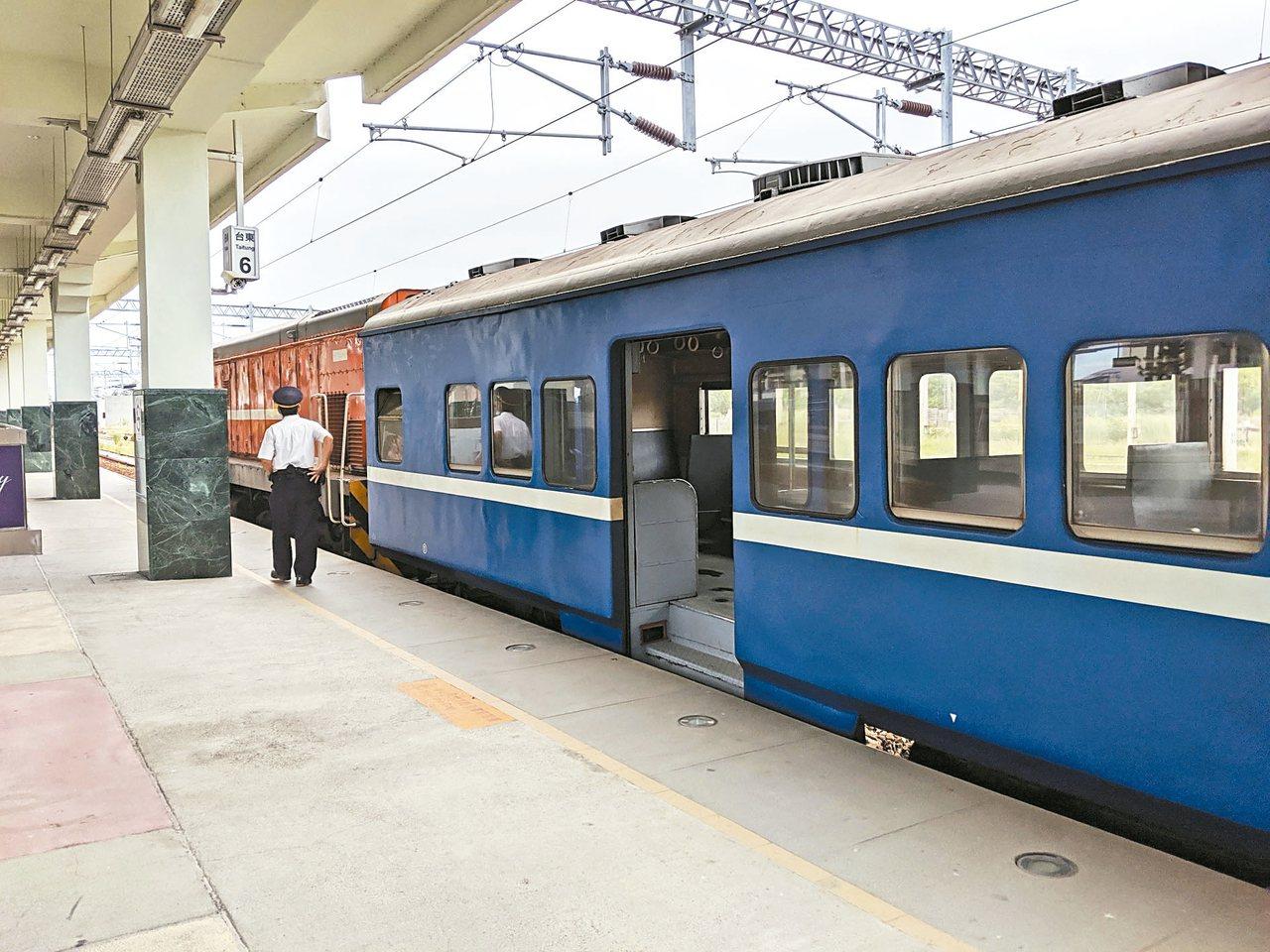 鐵道迷暱稱普快列車為藍皮普快。 記者楊德宜/攝影