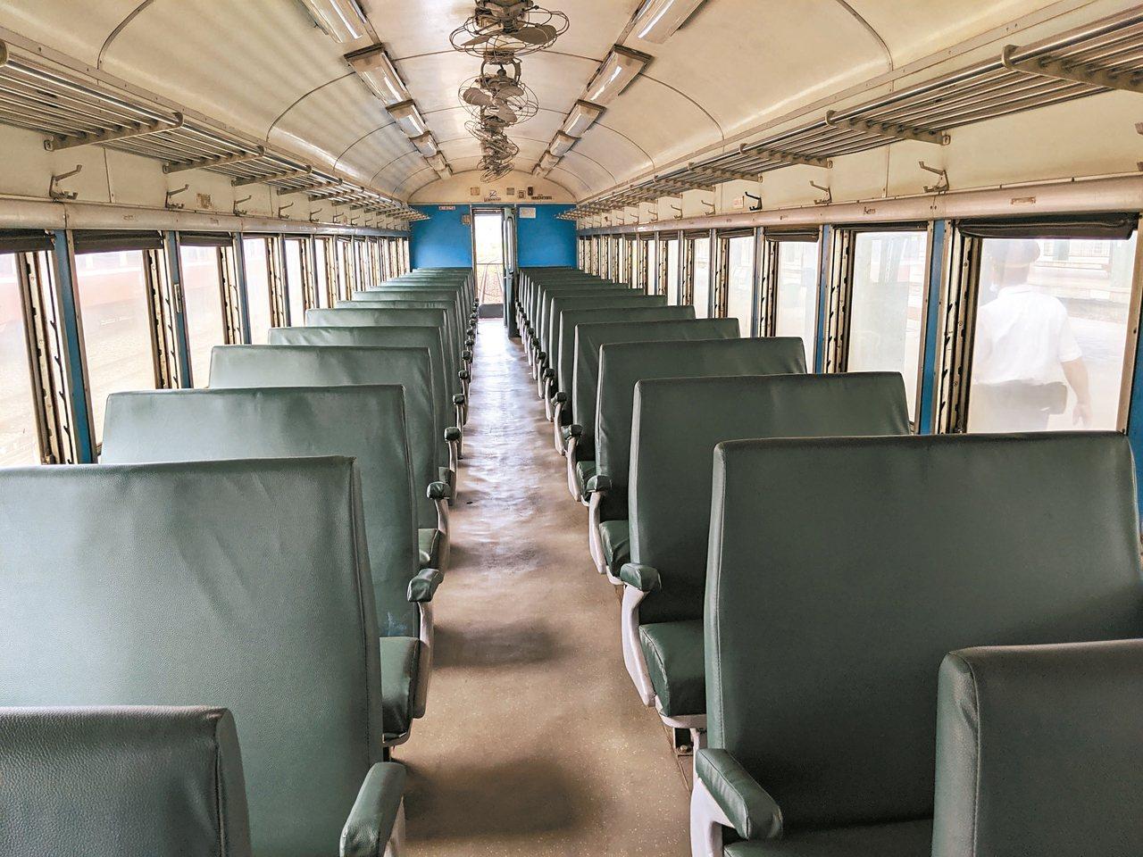台鐵的普快列車的老式座椅 記者楊德宜/攝影