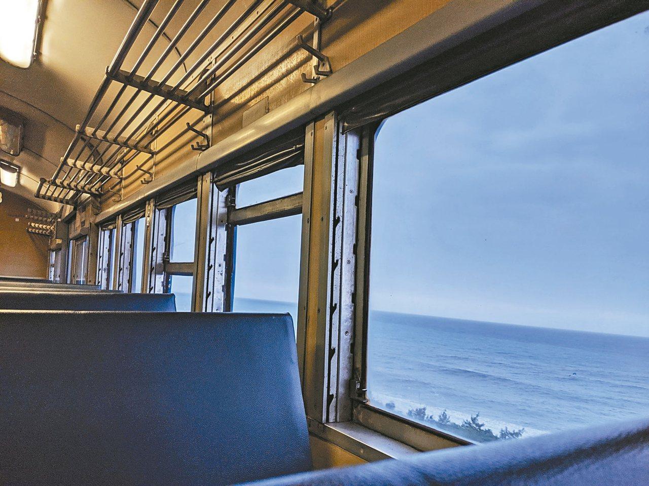 搭乘往枋寮方向的普快,建議坐左側位子,可開窗欣賞海景。 記者楊德宜/攝影