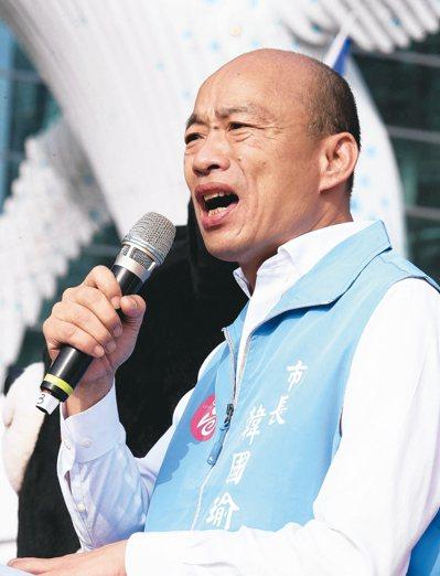 高雄市政府昨天在高雄展覽館舉辦雙十國慶升旗典禮,現場湧進萬人,高雄市長韓國瑜到場參加。 記者劉學聖/攝影