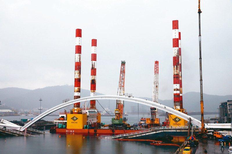 全國最大、萬噸級的海上作業平台船宏禹一號,靠近南方澳大橋邊就定位。 圖/聯合報系資料照片