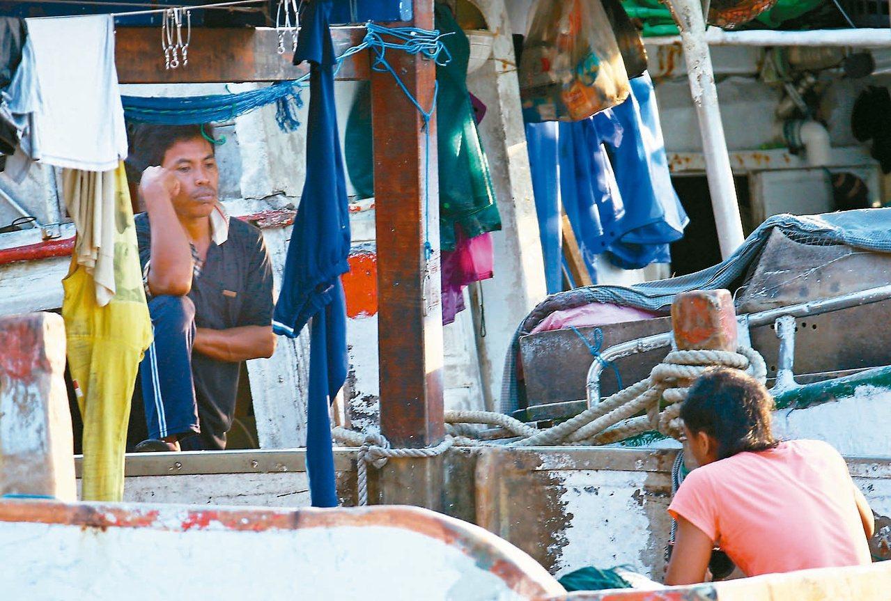 圖為在南方澳跨港斷橋事件後,漁船無法出海,船上外籍漁工只能默默等待,眼神滿是無奈...