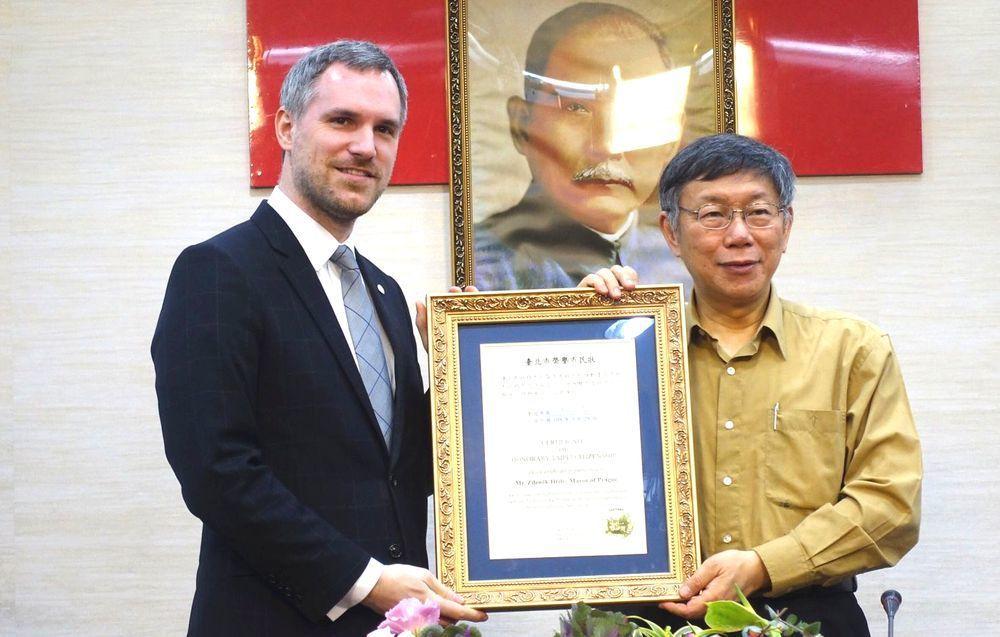 柯文哲在台北市政府接待布拉格市長賀瑞普,雙方互贈市徽,柯還頒發「台北市榮譽市民狀...