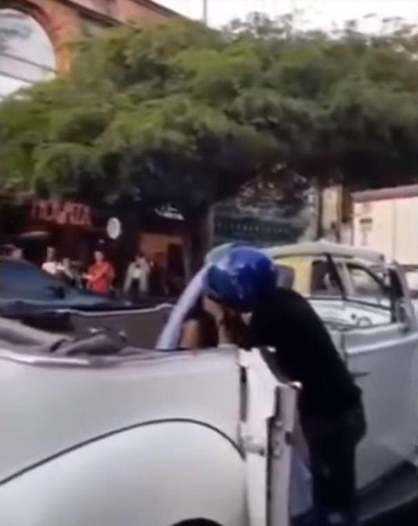 求愛男俯身親吻新娘子,不少圍觀民眾大叫「親她」。(Youtube影片截圖)