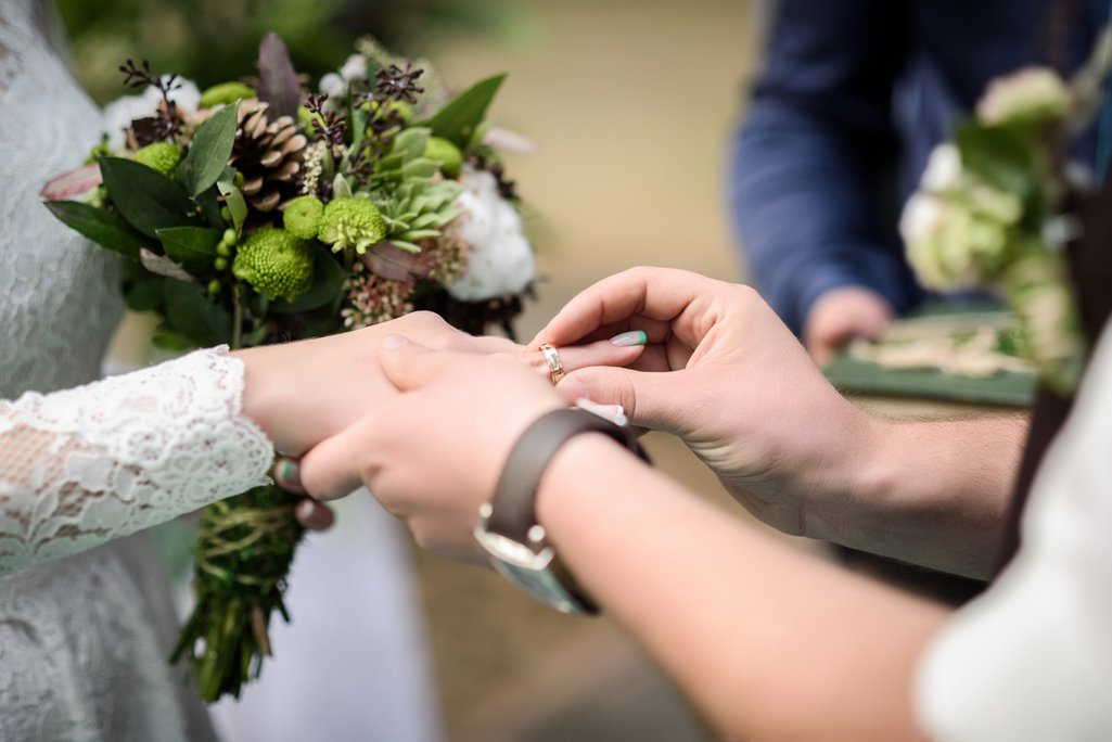 結婚是兩個人的事,若只有一方負擔,恐怕會產生更多問題。圖片來源/ingimage