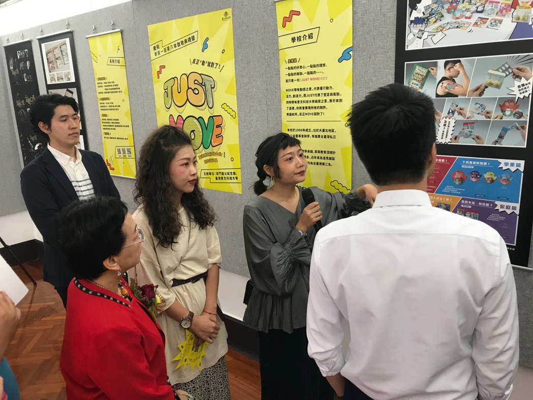 景文科大視傳系學生為來賓解說展出作品。