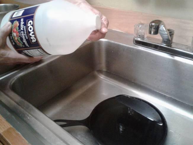 醋水是鏽斑的剋星,可拯救生鏽的鑄鐵鍋。(記者王若馨/攝影)