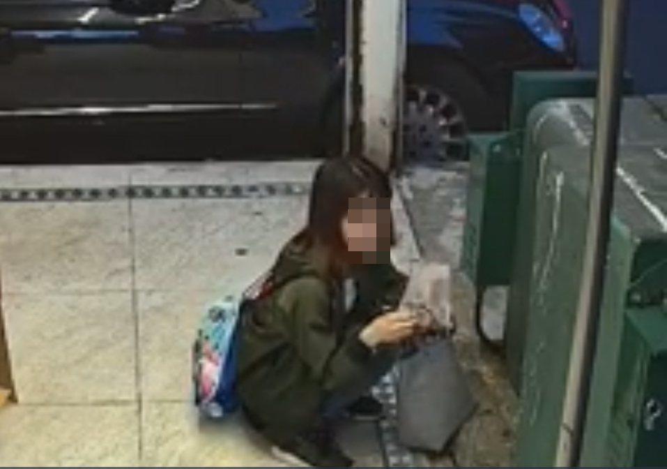 一名正妹竟然在台北東區街頭脫褲當街便溺,影片被拍下讓網友直呼太噁心。 圖/翻攝自...