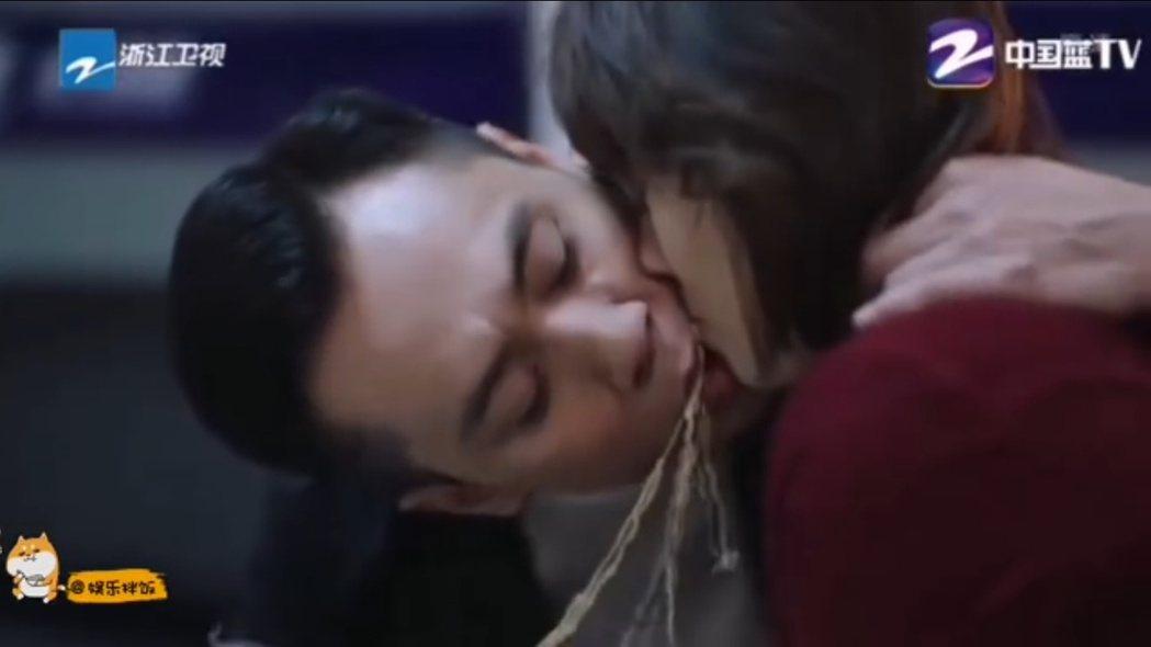 劉燁和馬伊琍的「麵條之吻」。 圖/擷自微博