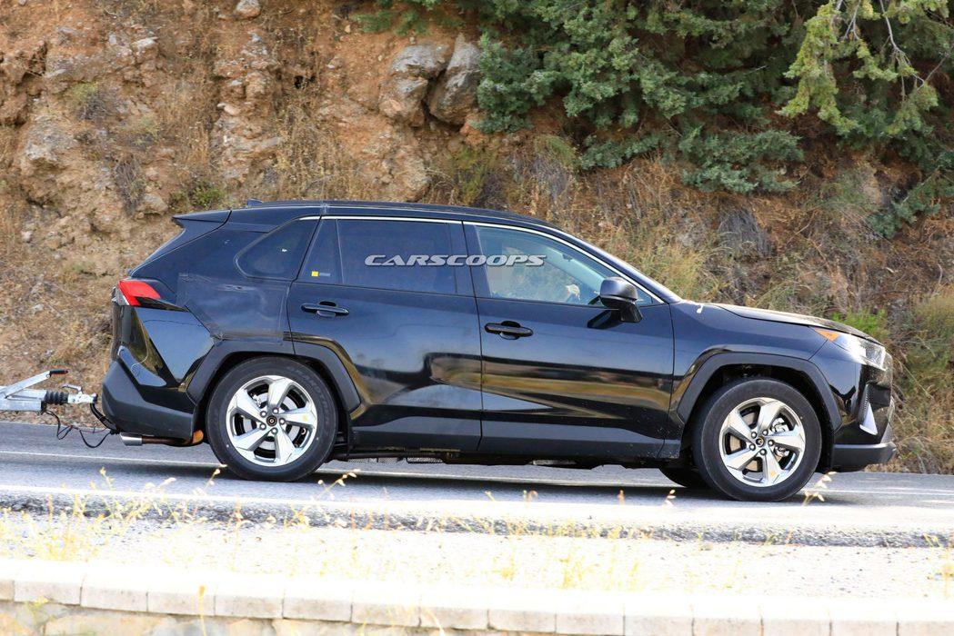 全新Toyota RAV4 Plug-in Hybrid充電孔應設置於右後葉子板...
