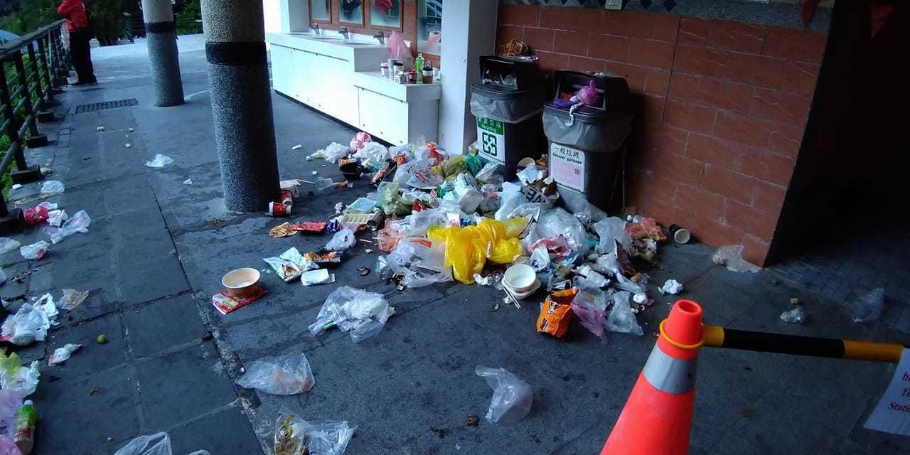 一名女網友趁著連假到花蓮遊玩,沒想到竟然看到超商外到處是垃圾。 圖/翻攝自爆怨公...