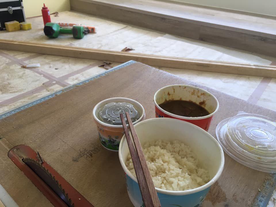一名裝潢師傅中午叫外送,卻因為沒有餐具苦惱不已,所幸他利用自己長才用夾板做了一雙...