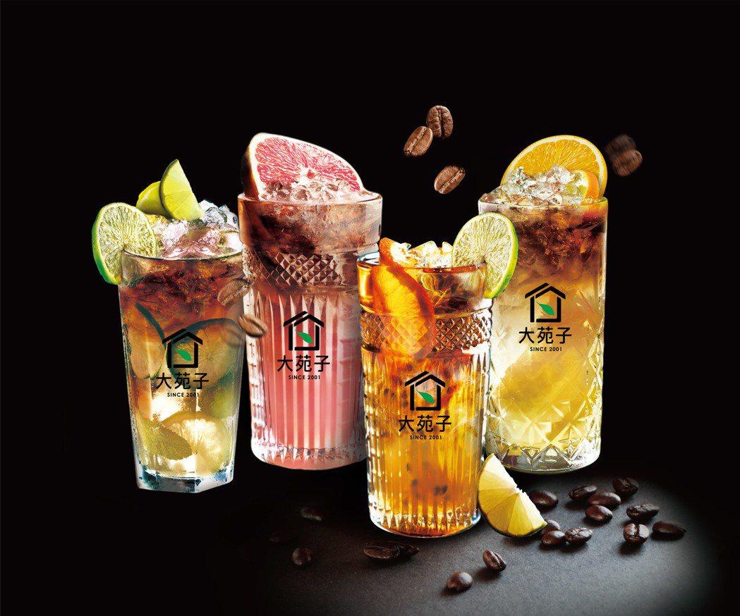 台灣鮮果現搾第一品牌大苑子推出「鮮果2.0」繽紛鮮果咖啡系列,有柳橙、檸檬、葡萄...