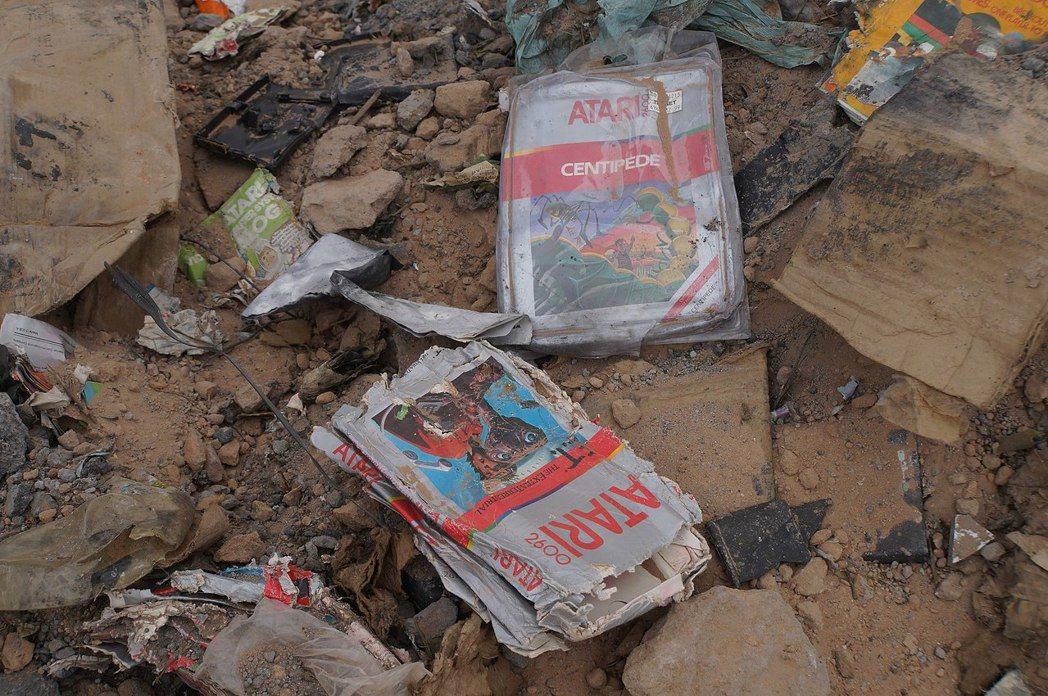 2013年挖掘的現場照片,可以看到《E.T.》遊戲卡匣和包裝盒。(圖片來源:WI...