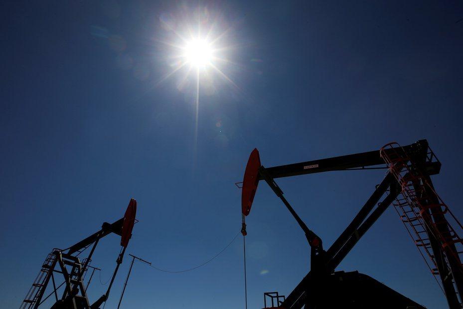 國際油價升至一個月以來高點,在台股交易的原油ETF今(24)日同步狂漲。美聯社