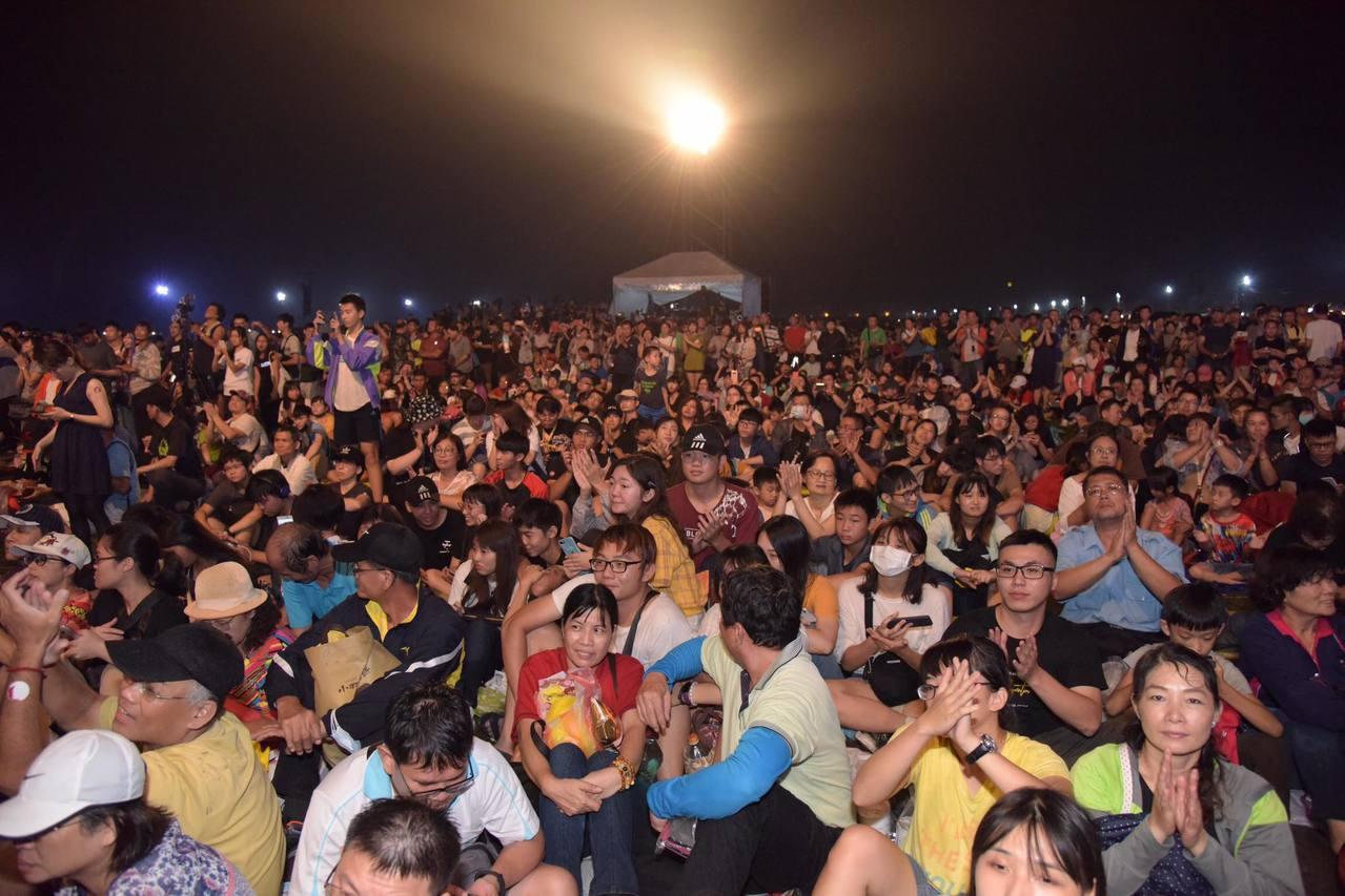 屏東國慶焰火吸引大批民眾觀賞。圖/翻攝自《潘孟安》臉書
