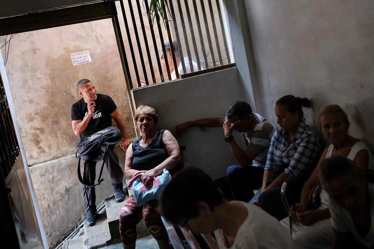 藥品短缺,委內瑞拉人求助民俗療法,治療師的小小候診室擠滿病患。法新社