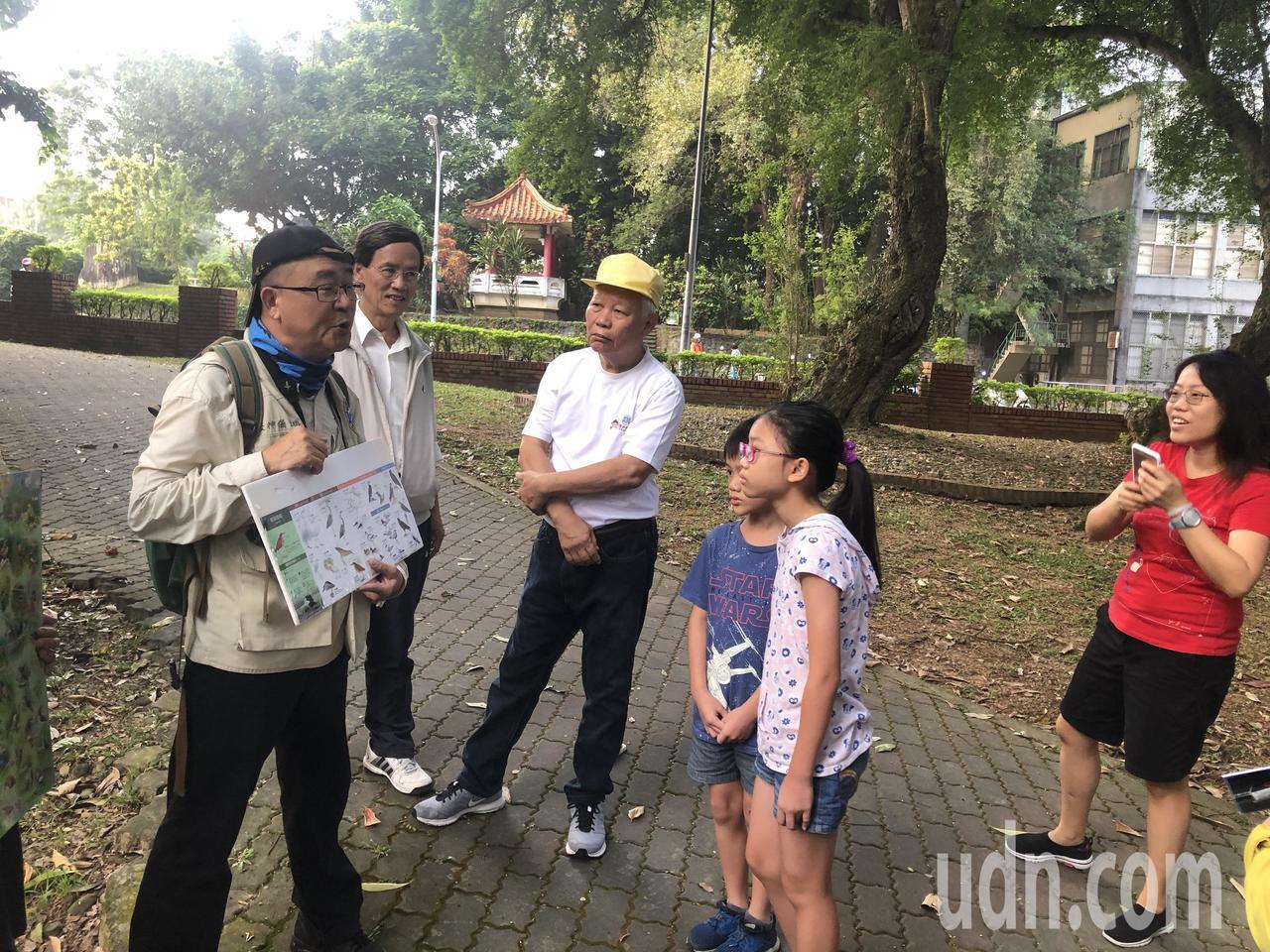 雲林縣野鳥學會理事趙士儀神父(左),上午在嘉義公園導覽賞鳥活動。記者魯永明/攝影
