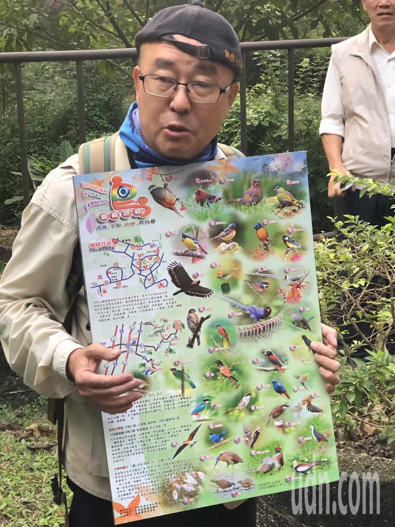 雲林縣野鳥學會理事趙士儀神父,上午在嘉義公園導覽賞鳥活動。記者魯永明/攝影