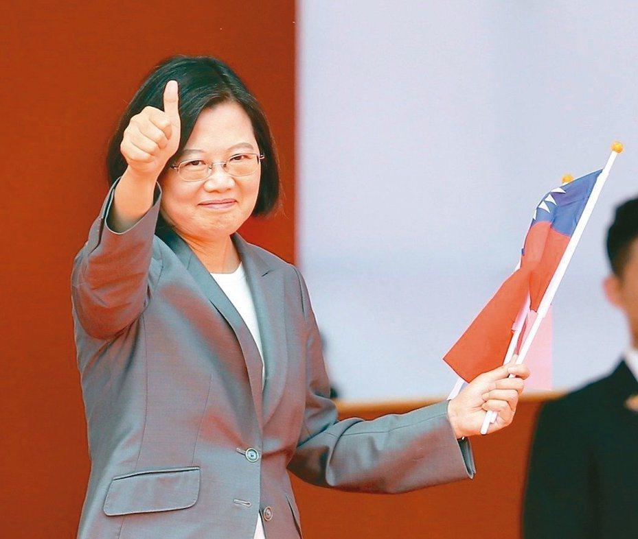 總統蔡英文10日的國慶談話中表示,「中華民國台灣」六個字,既不是藍色、也不是綠色,這就是整個社會最大的共識。 本報資料照