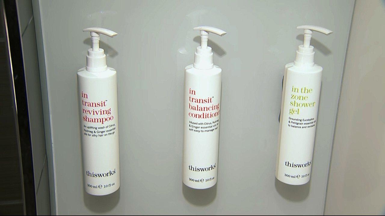 加州州長9日簽署法案,禁止飯店提供小瓶裝沐浴用品。萬豪集團將以補充式容器替代一次...