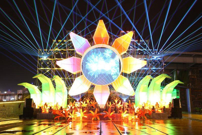 花蓮縣府主辦的「太平洋花彩節」今晚登場,10公尺高的主燈「花現針愛」晚間7時40分啟動。圖/花蓮縣府提供