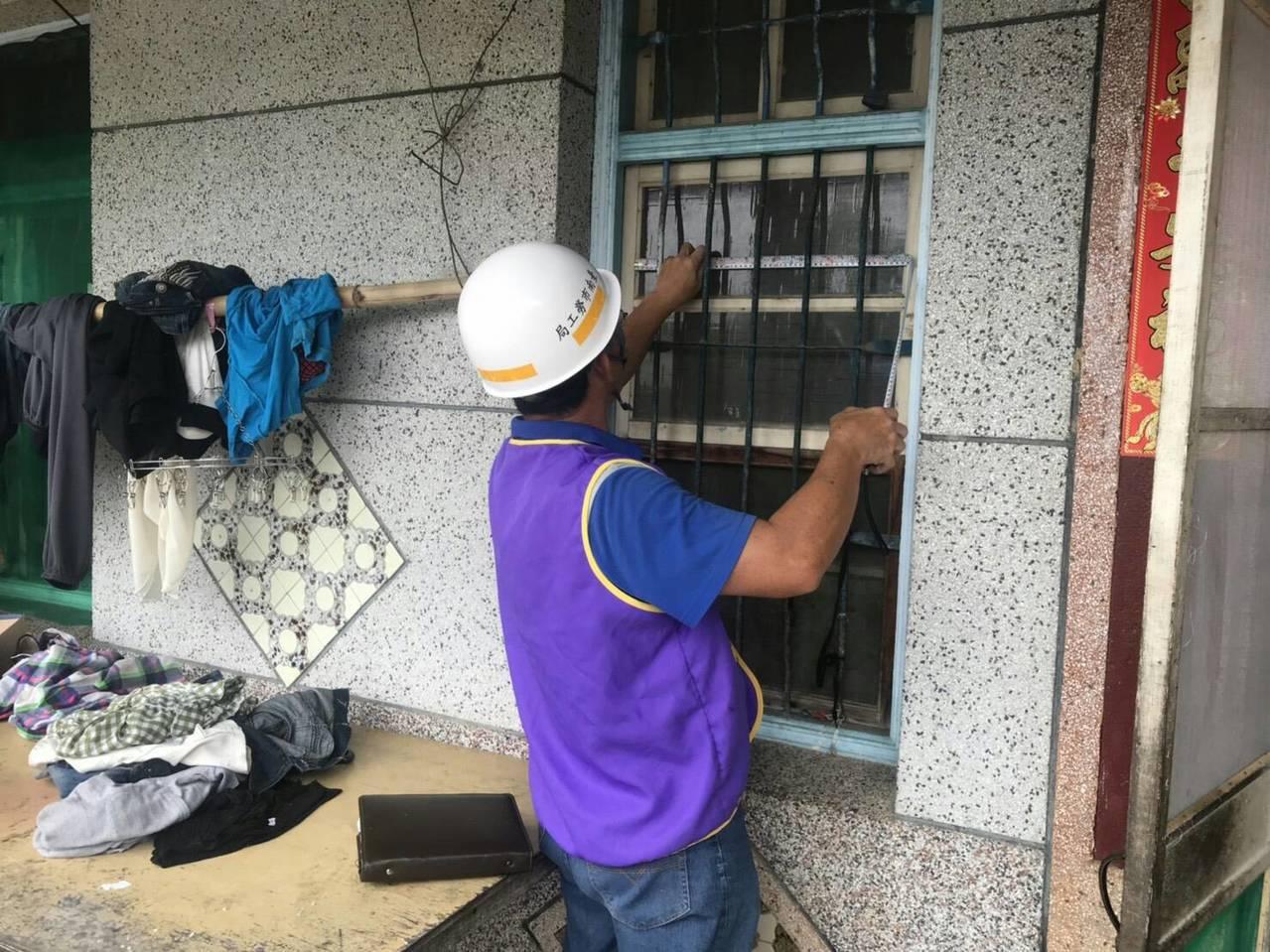 台南市鋁製品工會志工利用國慶假日,為身障阿嬤整修房子。圖/勞工局提供