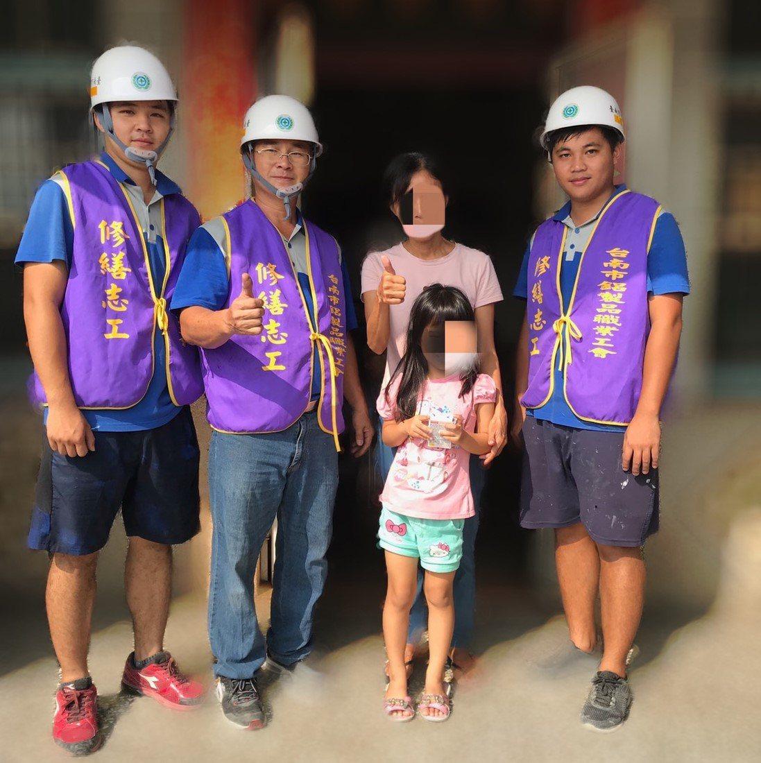 台南市鋁製品製造裝配職業工會的志工吳元榮(左二)帶著兩名兒子吳佳軒、吳佳霖一同參...