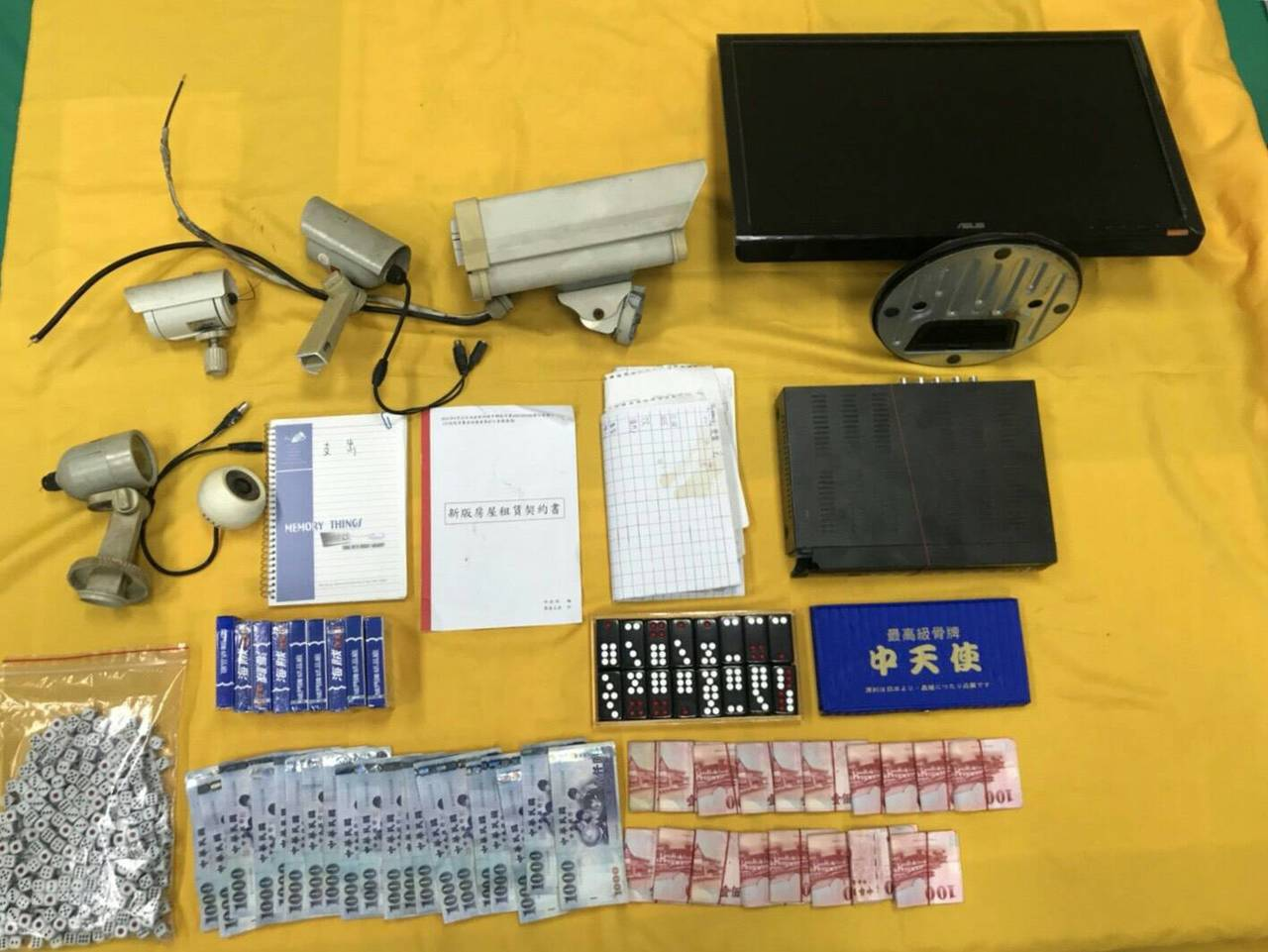 警方當場扣得賭資及抽頭金合計3萬7400元、天九牌、骰子、帳簿、監視器主機、鏡頭...
