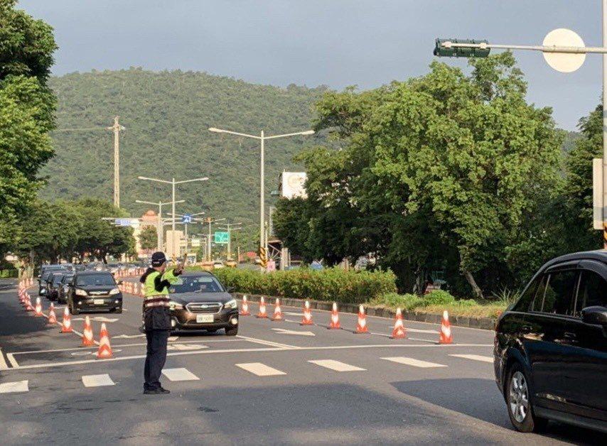 國慶連假第2天,宜蘭車流比昨天順,警方維持交通。圖/宜蘭縣警察局提供