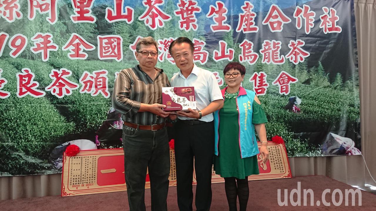 嘉義縣長翁章梁(中)感謝拍賣得標捐款人鄧銘宏(左)及蔡惠櫻。記者卜敏正/攝影