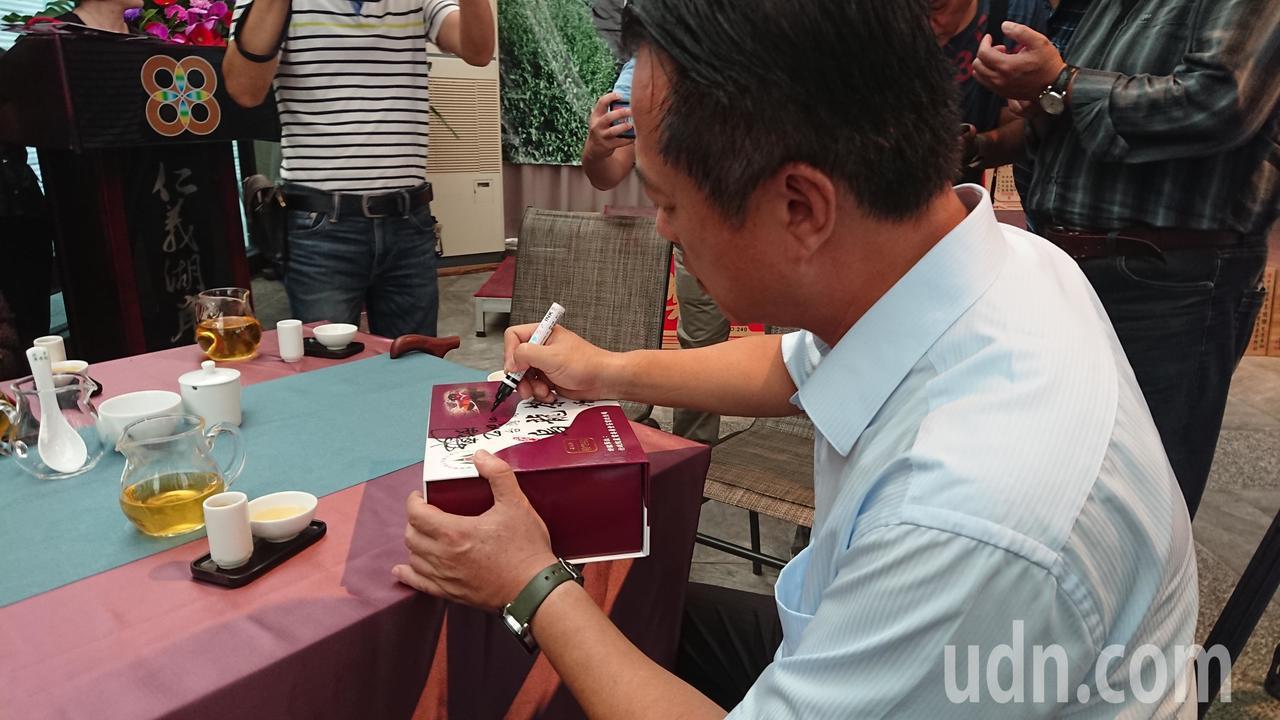 翁章梁簽名感謝拍賣 得標捐款人鄧銘宏。記者卜敏正/攝影