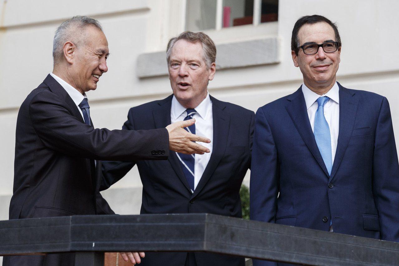 美國貿易代表賴海哲(中)與財政部長米努勤(右)10日在華府美國貿易代表辦公室前迎...