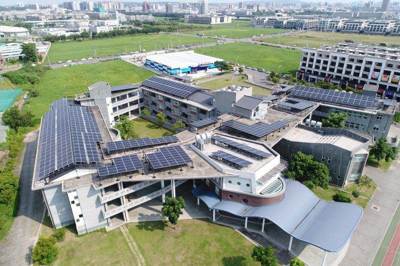 高雄市,今年進階啟動「創能經濟光電計畫」,成立市府跨局處太陽光電推動委員會,以10大行動方案為首要推動政策。圖/高雄市工務局提供