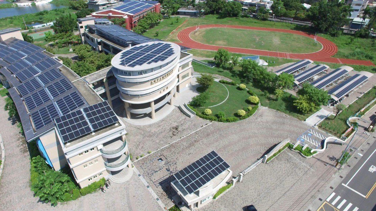 高雄市所屬公私立高中職以下學校共358校,其中已有207校裝置太陽能光電設施,為...