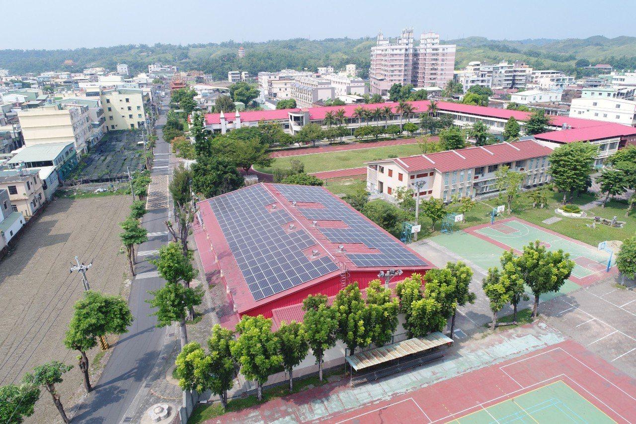 高雄市所屬公私立高中職以下學校共358校,其中已有207校裝置太陽能光電設施,今...