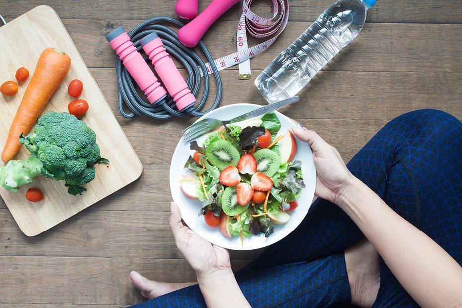 蔬菜水果的熱量比肉類來得低,但若同時攝取更多澱粉、高油或高糖食物,仍舊無法成功甩去油脂。圖/ingimage