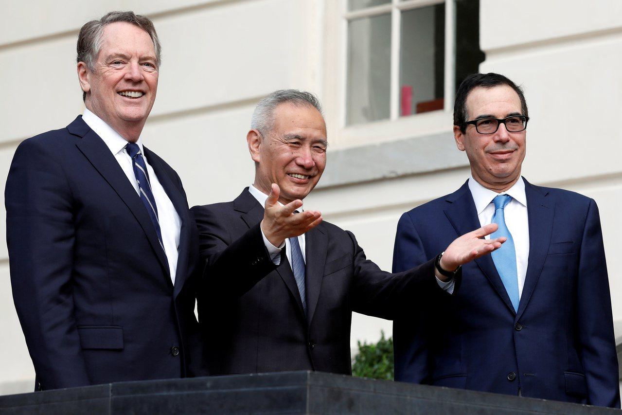 美中貿易談判展現樂觀氣氛,美國總統川普11日見劉鶴(中)。路透