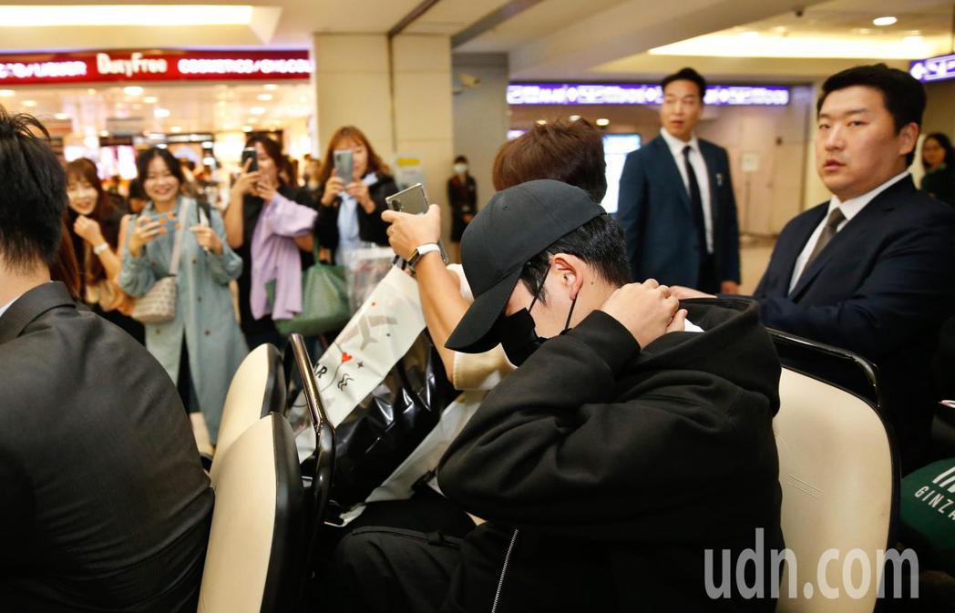 韓星丁海寅接近中午時搭機抵台,他低頭不語搭乘商務中心車輛離去。記者鄭超文/攝影