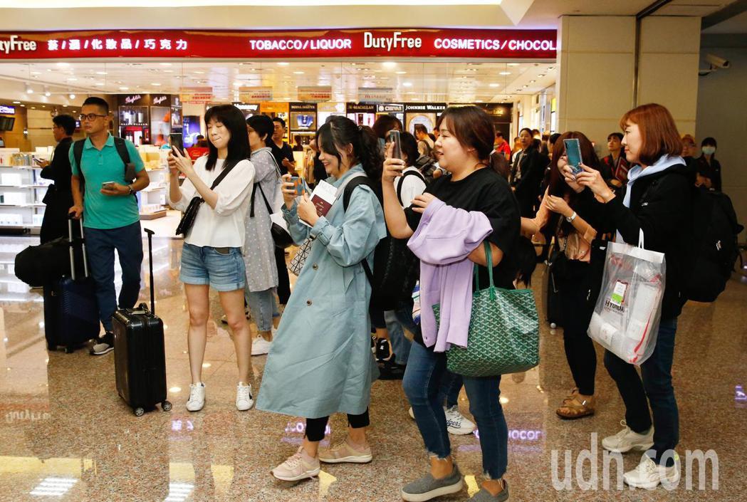 韓星丁海寅接近中午時搭機抵台,同機的粉絲們搶拍偶像。記者鄭超文/攝影