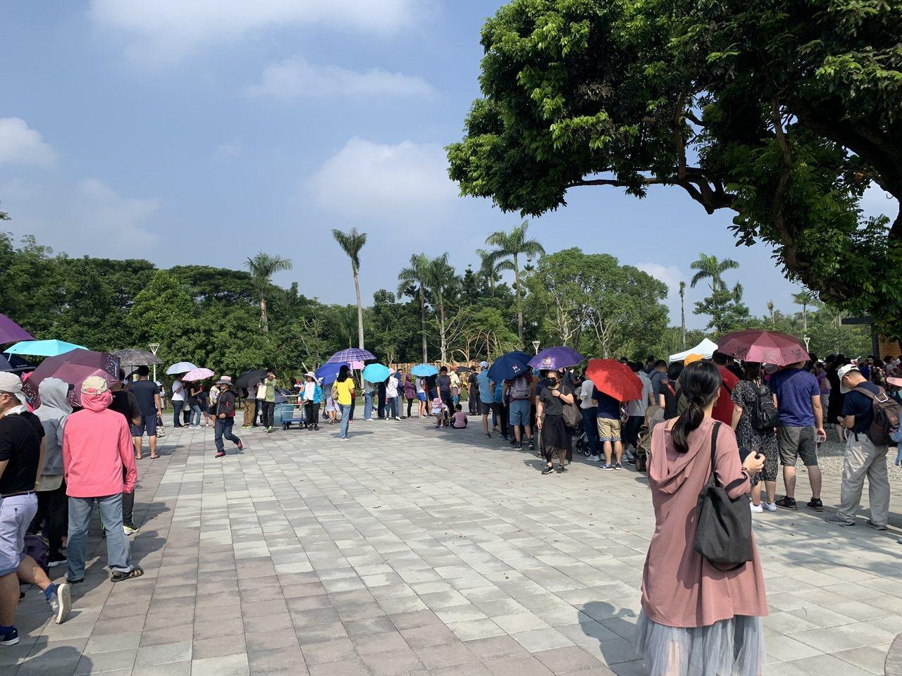 台南山上花園水道博物館雙十國慶連假吸引爆滿遊客,大門口大排長龍。圖/文化局提供