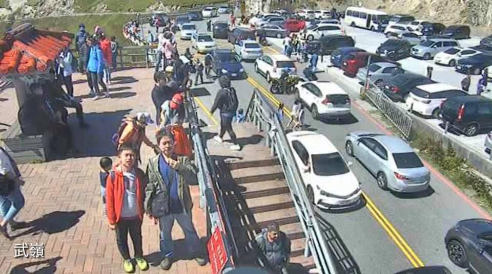 雙十連假合歡山人車擠爆,武嶺人擠人場面相當誇張。圖/翻攝武嶺即時影像