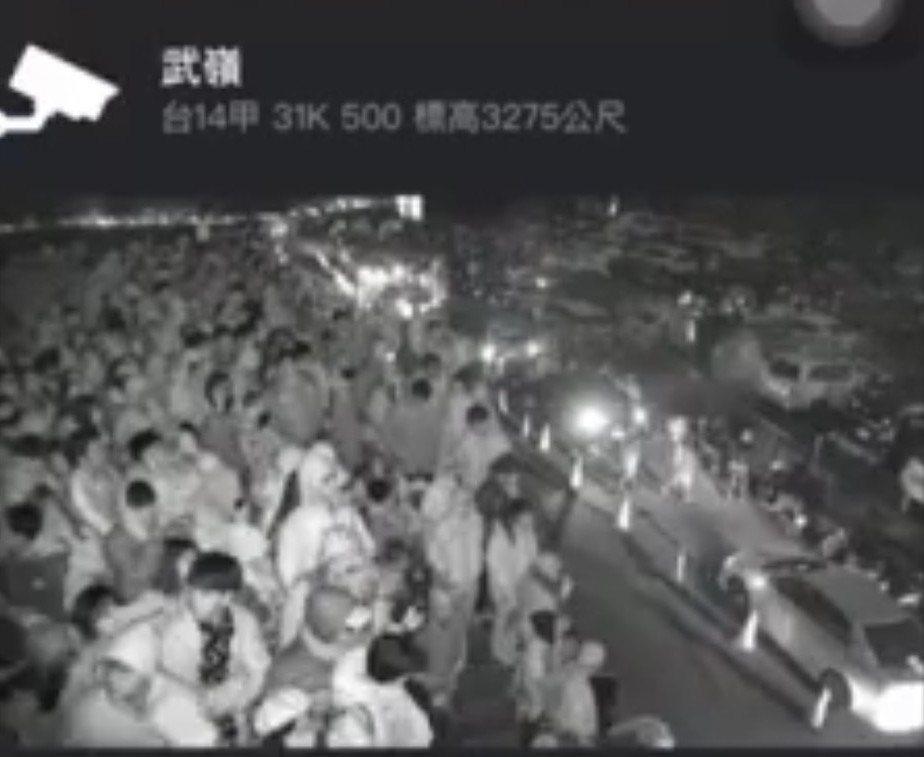 雙十連假合歡山人車擠爆,武嶺半夜便湧進等著看日出的遊客,人擠人場面相當誇張。圖/...