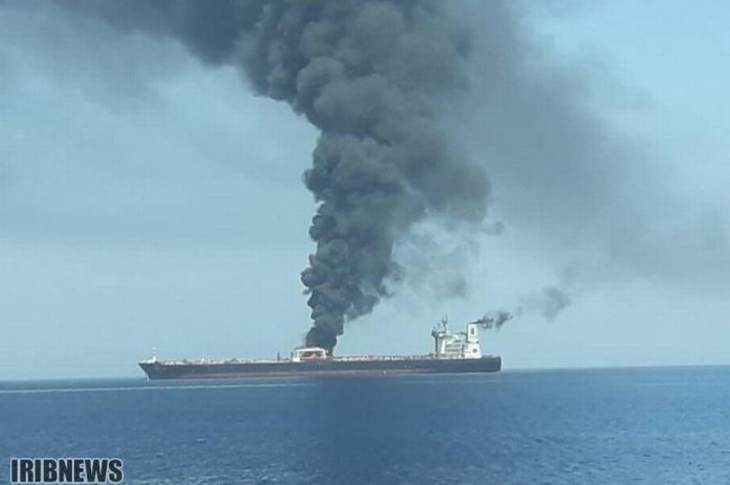 伊朗油輪爆炸起火。取自英國每日鏡報網站