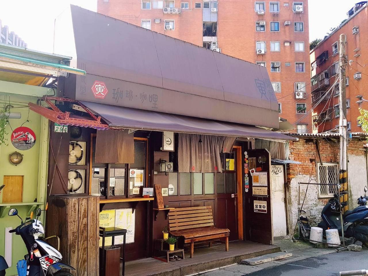 寅樂屋的外觀擁有復古的日式食堂風格,頗受文青族群喜愛。記者陳睿中/攝影