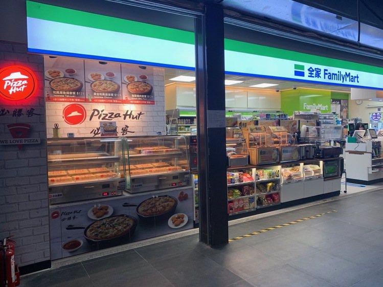 全家便利商店台鐵東店販售Pizza Hut必勝客,是首度進駐超商,每日於店內新鮮...