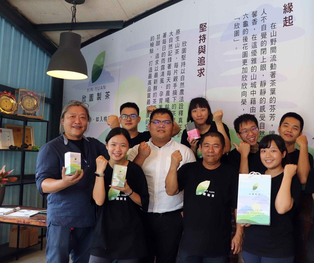 高科大工業設計系助理教授葉恒志(左一)與6名三年級學生攜手六龜茶農,協助產業重建...