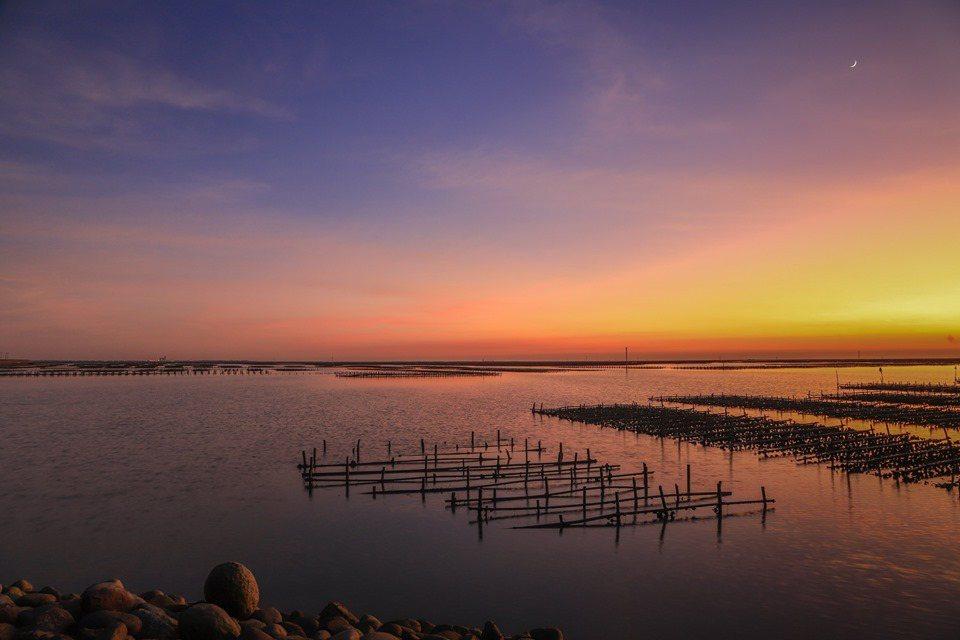 嘉義市攝影達人曾國根拍出東石鄉網寮漁港,如詩如畫美麗夕照畫面,貼臉書,網友驚呼讚...